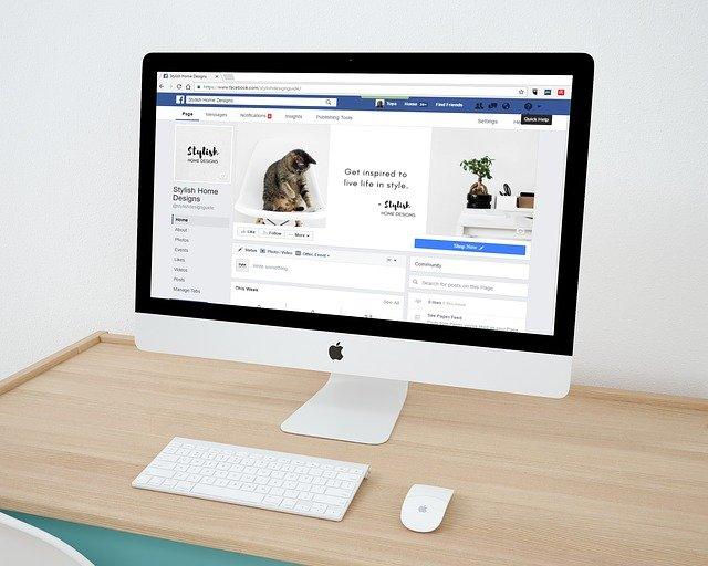 Facebook na monitoru