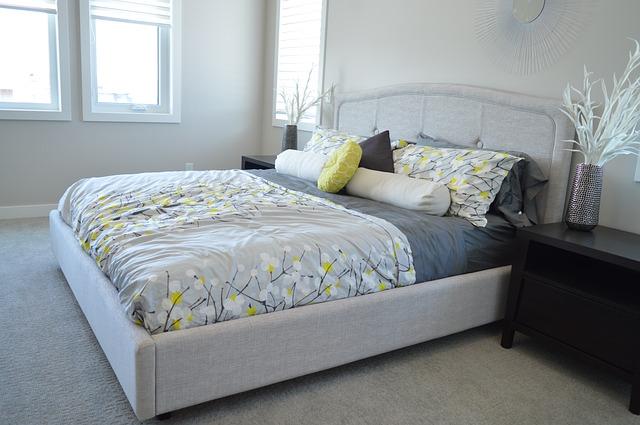 bílošedá ložnice, postel, povlečení