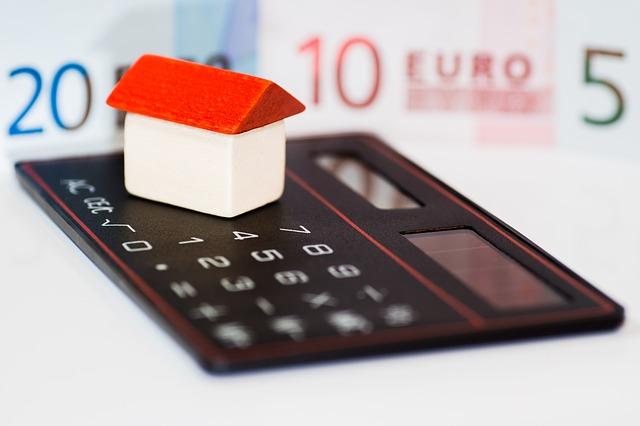 kalkulačka, peníze a domek