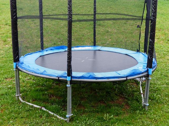 Skákání na trampolíně s ochrannou sítí pomáhá naší páteři
