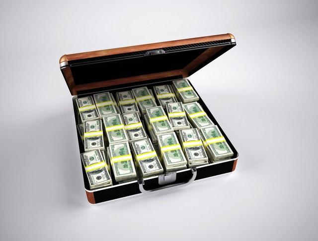 kufřík s balíčky bankovek.jpg